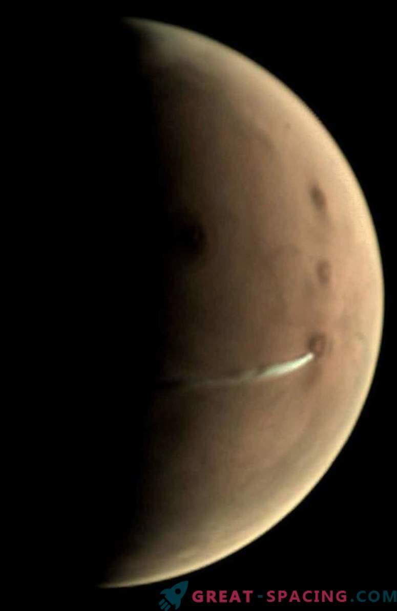 Ebatavaline pilv ripub üle Marsi.
