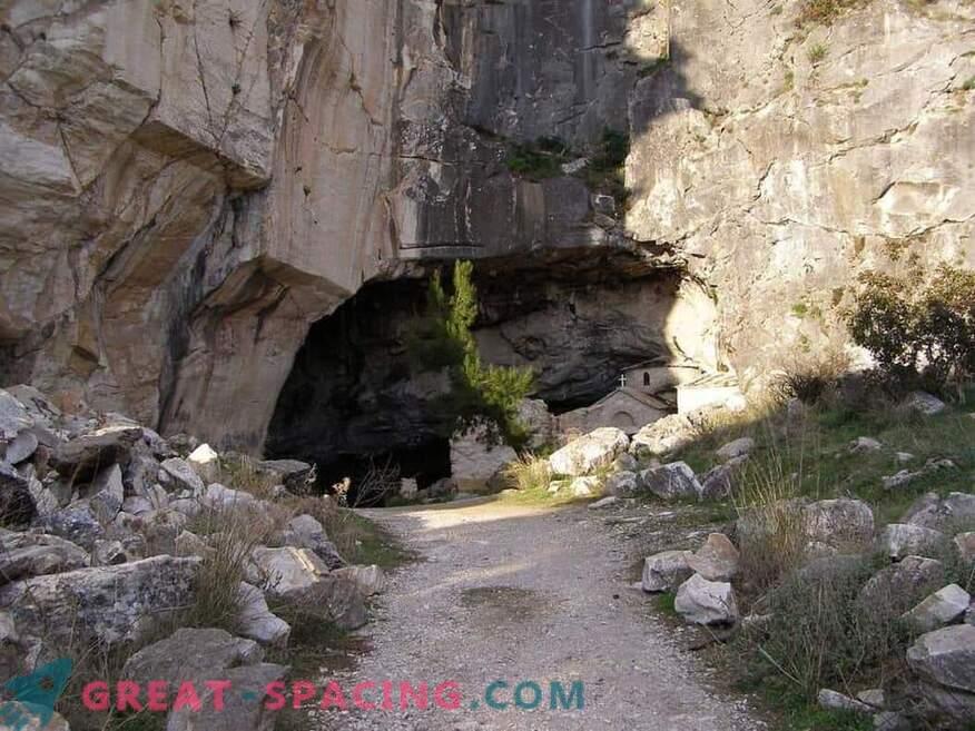 Kummaline tegevus koobas Davelis. Ufoloogide teaduslik selgitus ja versioonid